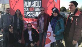 """Zahlreiche Menschen – darunter viele Gewerkschafter_innen – protestierten anlässlich des Landesparteitages der Partei """"Alternative für Deutschland"""" (AfD) vor dem Gemeindezentrum in Fulda-Neuhof. Sie machten deutlich, dass die AfD keine Partei für Arbeitnehmer_innen ist!"""